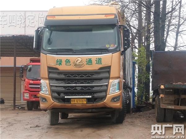 """河南淮滨""""货车撞送葬人群""""事故引关注 有沙石货车被指""""可按月买通行证"""""""